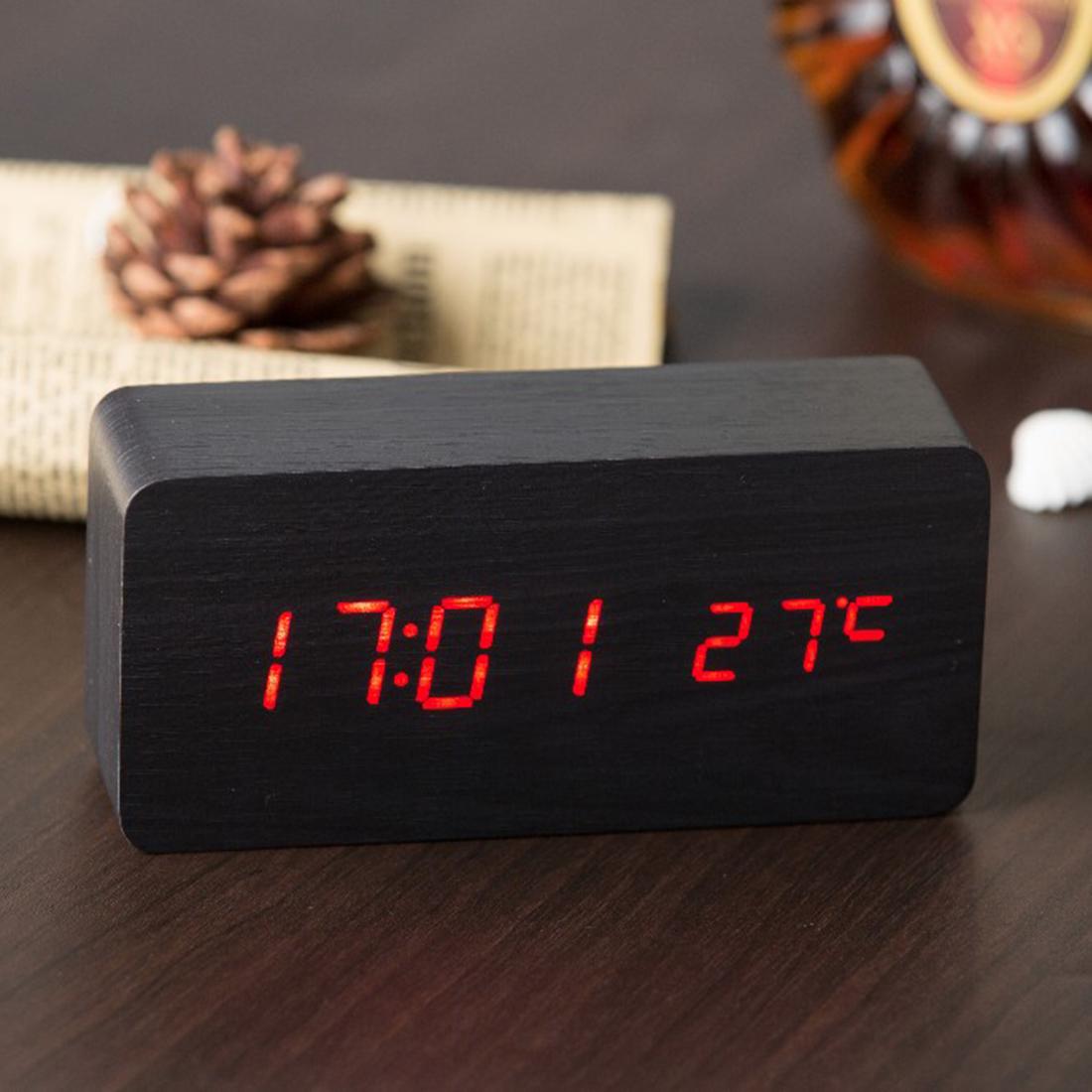 Электронные настольные часы в интерьере